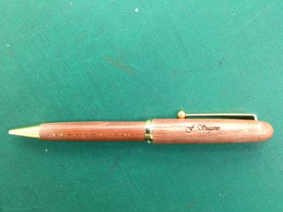 大学の教授へのプレゼント。木軸のボールペンに名入れ