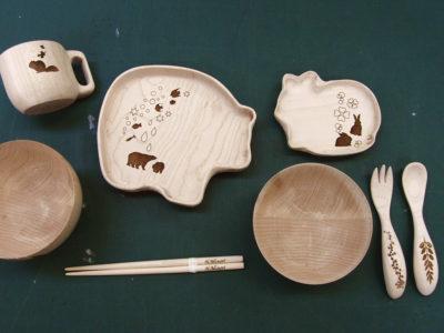 大学生の卒業作品、持込の食器に彫刻を施しました。