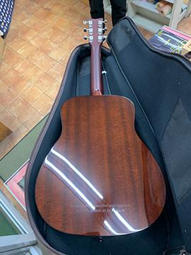 自分のご褒美に購入のギターに名入れ。